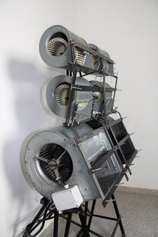 Alberto Tadiello, 1320 RPM, ventilatori industriali, motori, staffe metalliche, cavalletti, 90 x 90 x 170 cm, 2009