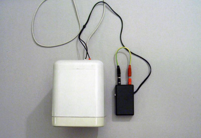 Alberto Tadiello, 9V, cassa audio, circuito, cavi, batteria, dimensioni ambientali, 2007.