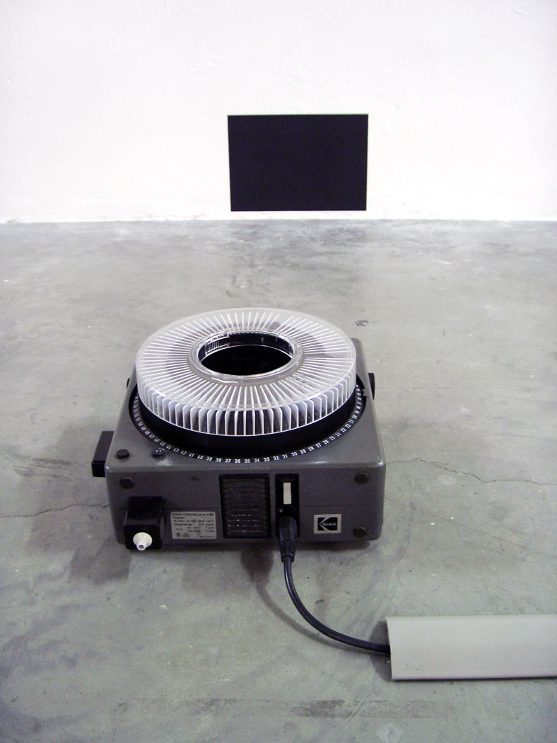 Alberto Tadiello, Come abitando in prossimità (As if living nearby, diapositives, kodak carousel projector, A4 black sheet, 21 x 29,7 cm, 2007.