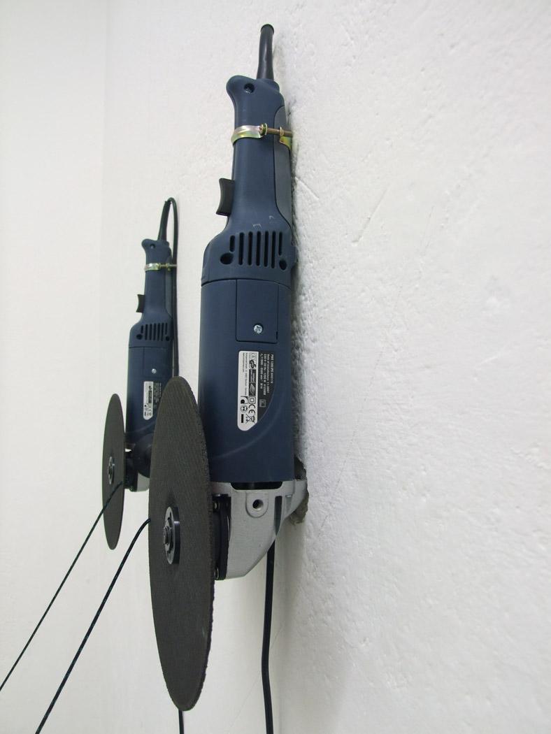 Alberto Tadiello, PWS 1200 IPC KH3116, seghe circolari, cordino in nylon, ganci, temporizzatore, 2008.