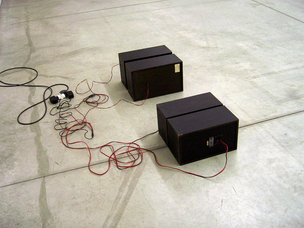 Alberto Tadiello, Switch, casse audio, cavi, trasformatore di voltaggio, dimensioni varie, 2008.