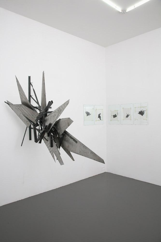 Alberto Tadiello, Adunchi, barre e lamiere metalliche, dadi, bulloni, dimensioni varie, 2010