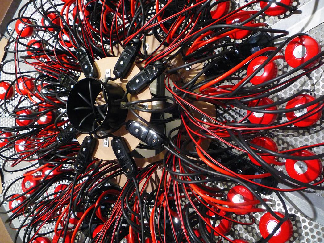 Alberto Tadiello, Elektronskal, profilati metallici, lamiera preforata, campanelli elettrici, cavi, pannelli in mdf, dimensioni varie, 2011