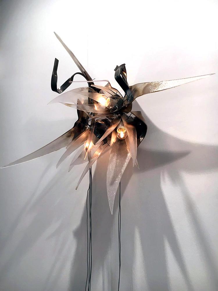 Alberto Tadiello, E poi un fiore è un fiore e un fiore è ancora un fiore, e ancora un fiore, un fiore e un fiore, profilati metallici, plexiglass, bulloni zincati, portalampade in ceramica, lampadine, cavi, dimmer. 110 x 90 x 45 cm; 80 x 80 x 50 cm, 2018